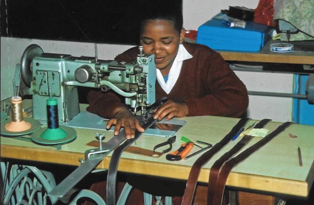 Hilfswerk Bassotu - Katesh Handwerkerschule Lederverarbeitung
