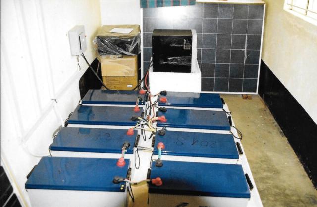 Hilfswerk Bassotu - Mwanga Dispensary Solaranlage Batterien