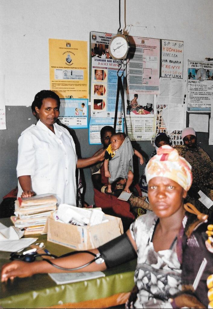 Hilfswerk Bassotu - Mwanga Dispensary Untersuchung, Kontrolle und wägen der Babys