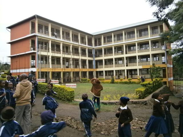 Hilfswerk Bassotu - Bau des fünf Stöckigen Schulhauses